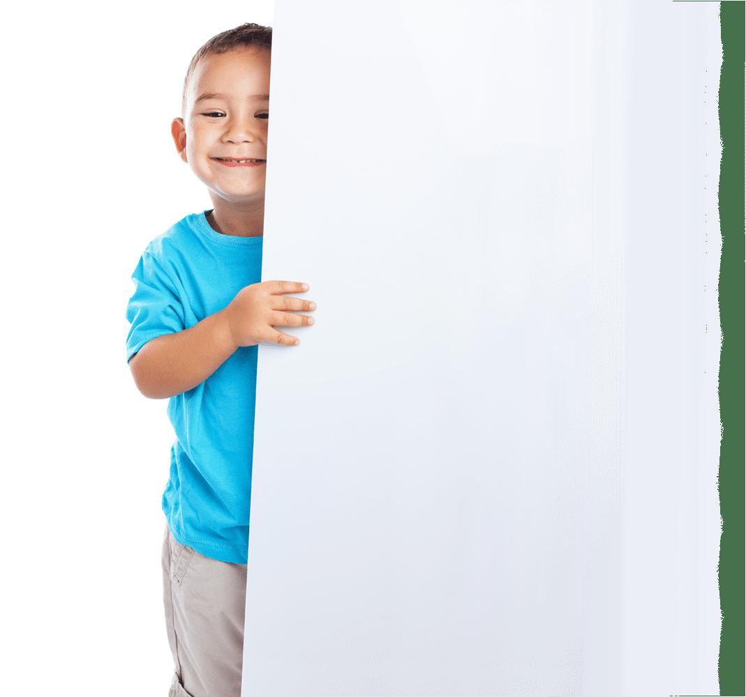 uśmiechniety chłopiec z bannerem